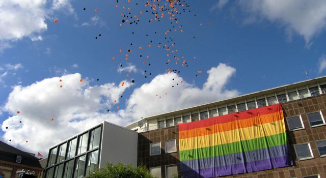 Die Regenbogenflagge am Trierer Kornmarkt